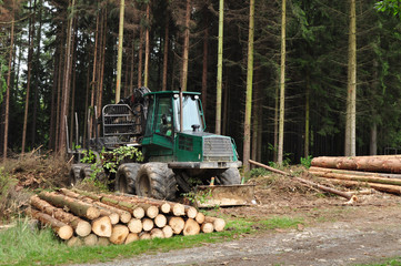 Wood tractor, forest machine