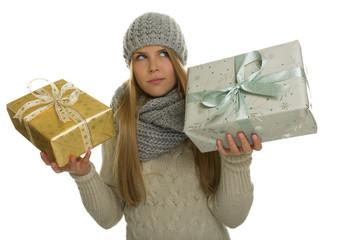 Frau mit Schal muss sich zwischen 2 Geschenken entscheiden
