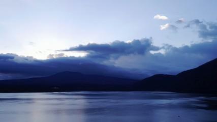 雲に覆われた富士山と本栖湖