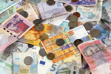 Viele Münzen und Geldscheine Spende