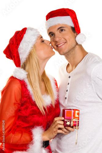 Paar zu Weihnachten mit Mützen des Weihnachtsmanne