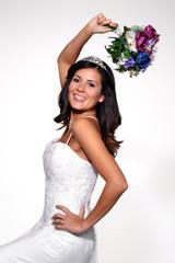 Retrato de una novia feliz,bailando,celebrando.