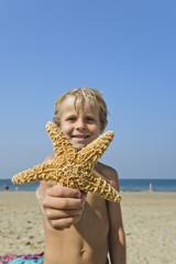 Junge mit Seestern