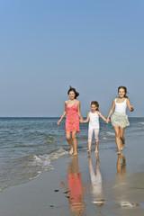 Mädchen gehen am Strand spazieren