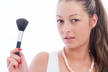 Portait einer hübschen jungen Frau mit Kosmetikpinsel