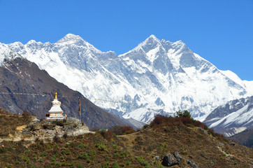 Непал,  древняя ступа на фоне вершин Эвереста и Лхоцзе