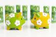 100-Euroscheine und Sparschweine