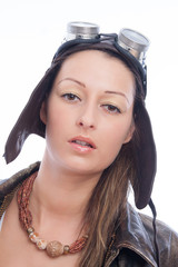 Junge hübsche Frau mit Fliegerhaube
