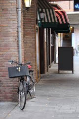 cafe bici menu en calle tranquila