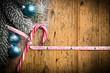 Zuckerstange und weihnachtliche Dekoration