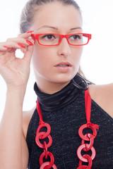 Hübsche junge Frau mit roter Brille