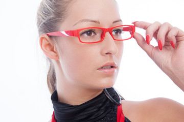 Hübsche Frau mit roter Brille