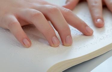 Finger ertastet Blindenschrift
