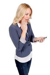 Frau schaut auf ihr Mobiltelefon