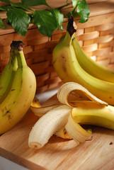 banana sbucciata sulla tavola