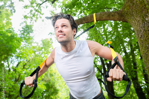Fitness - Mann beim Suspension training