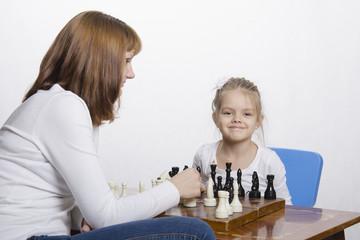 Мама учит дочку играть в шахматы