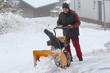 Schneeräumen bei starkem Schneefall im Winter