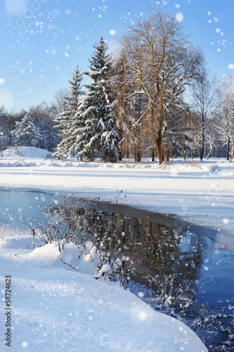 Foto op Plexiglas New York TAXI Winter landscape with the river in frosty day