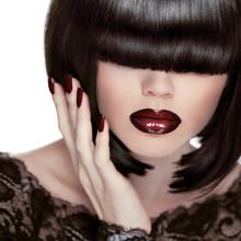 Sexy Lips. Manicura y maquillaje. Lipstick. Chica de moda. Fringe.