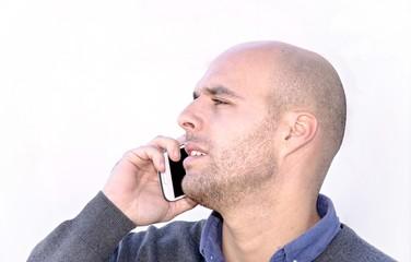 Hombre de negocios joven con telefono movil