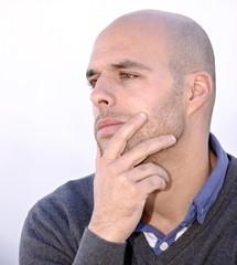 Retrato de hombre pensando