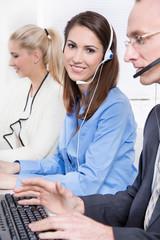Mitarbeiter in einem Callcenter mit Headset