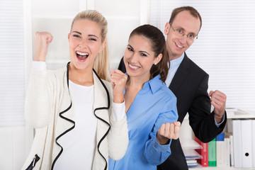 Erfolgreiche junge Menschen - Teamarbeit