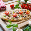 Pilz-Tomaten-Zwiebel-Pizza