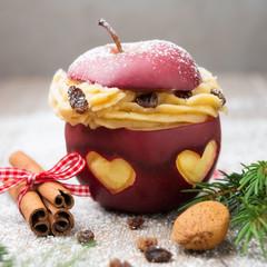 Gebackener roter Apfel mit Vanille-Zimt-Creme