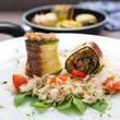 Vegetarische Zucchiniröllchen auf Kräuterreis