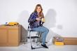 Junge Frau macht Pause bei Renovierungsarbeiten