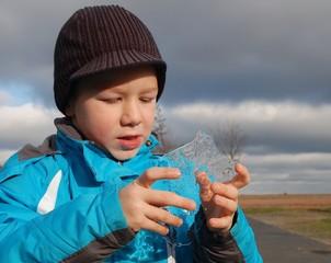 Kind sammelt Eis im Winter