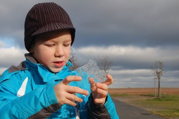 Junge sammelt Eis im Winter