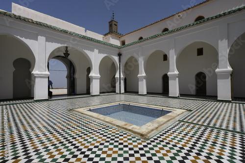 In de dag Algerije Sidi Boumediene Madrasa courtyard, Algeria