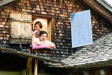 Junges Paar mit Bettzeug in einer Berghütte