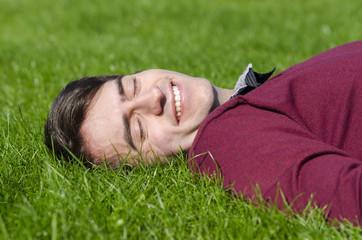 junger mann erholt sich im gras