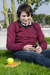 junger mann hört draußen musik