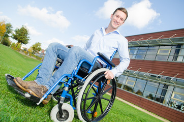 freundlicher junger Mann im Rollstuhl