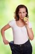 Frau mit Apfel und zu weiter Hose