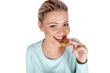 Lachende junge Frau mit Keks in der Hand