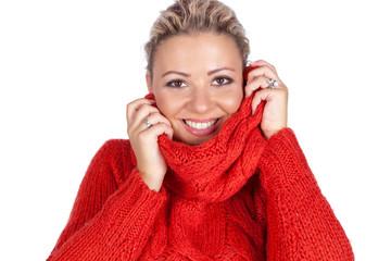 Junge Frau kuscht sich in ihren Pullover