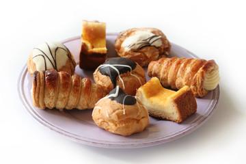 piatto di pasticcini_ sfondo bianco