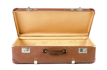 alter Koffer geöffnet vor weißem Hintergrund