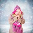 kleines Mädchen vor Winterlandschaft