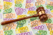 Richterhammer und Euro-Geldscheine