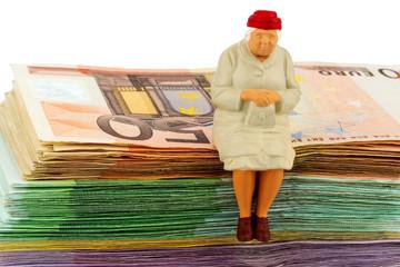 Seniorin sitzt auf Geldscheinen