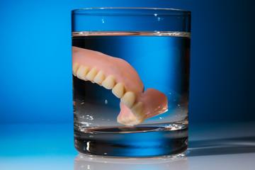 Zahnprothese im Wasserglas