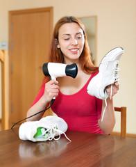 Housewife heating sneakers hairdryer