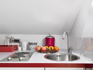 frutta vicino al lavandino nella cucina moderna